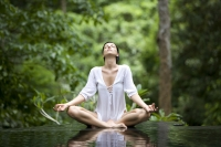 תמונה של אישה עושה יוגה - תיאור של איזון הגוף