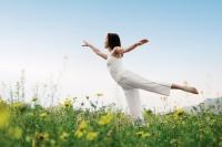 תמונה של אישה בשדה - תיאור של אנרגיה