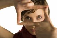 תיאור של אישה מסמנת עם הידיים ריבוע לתיאור ריכוז האדם