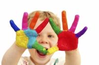 תמונה של ילד עם ידיים צבועות - תיאור של יצירתיות